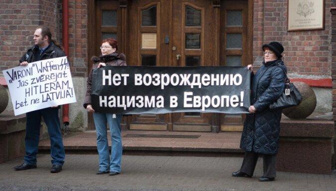 У латвийского посольства в Таллинне протестуют против шествия легионеров в Риге