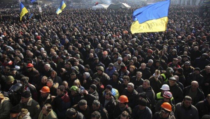 Tūkstošiem cilvēku Kijevā piemin studentu demonstrācijas izklīdināšanu pirms gada