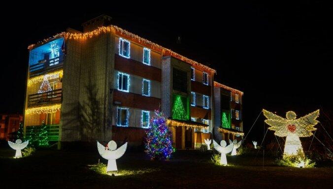 ФОТО. Сияй, Туме! Как в маленьком латвийском городке украсили на Рождество обычный многоквартирный дом