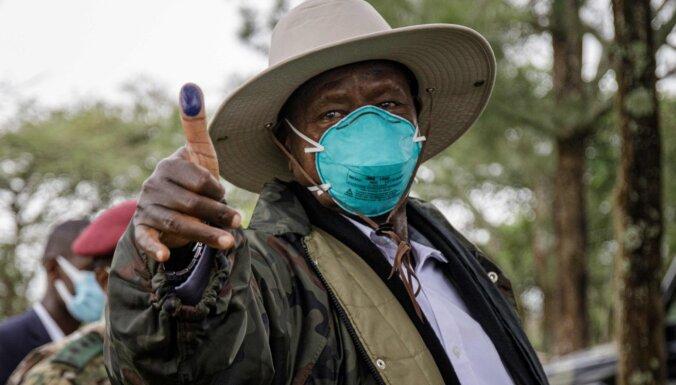 Ugandas prezidents ievēlēts uz sesto pilnvaru termiņu