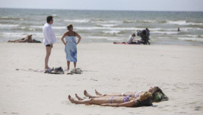На пляжах в Юрмале вода стала заметно холоднее