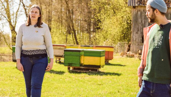 Video: Eiropas trubadūri Jelgavā izzina saldos biškopības noslēpumus