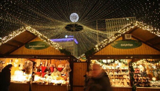 Lampiņu virtenes, piparkūkas un karstvīns: Ziemassvētku tirdziņi, kur noķert svētku sajūtu