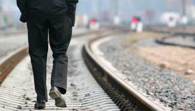 Jelgavā vilciens notriec iereibušu vīrieti