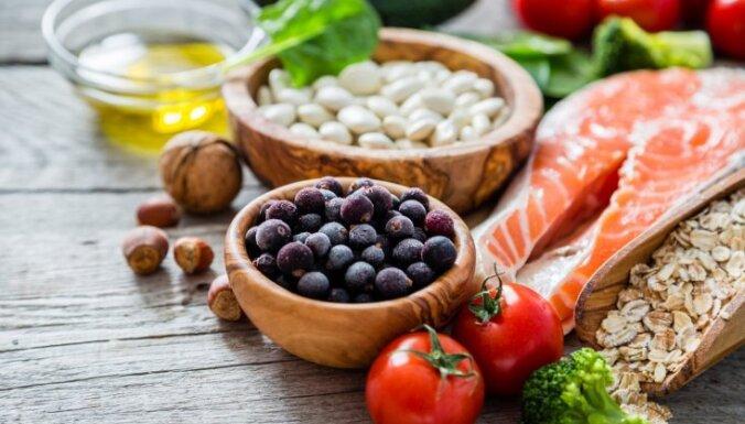 Жители Латвии утверждают, что покупают здоровые продукты питания