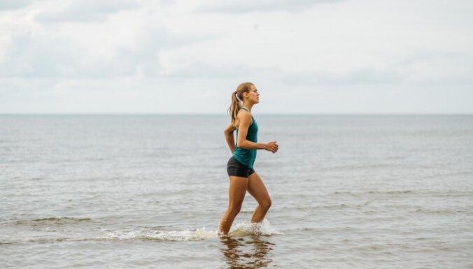 Pludmales volejboliste Tīna Graudiņa iesaka vienkāršus vingrojumus tvirtam un veselam ķermenim