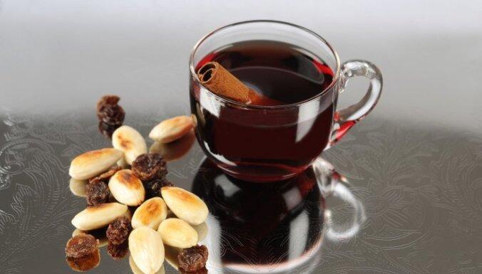 Рождественское горячее вино с миндалем и изюмом