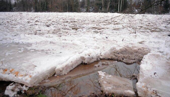 Ogres upes plūdu draudu dēļ policija strādā diennakts režīmā