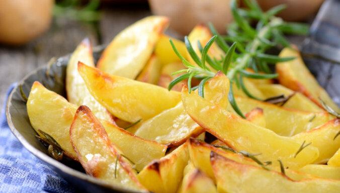 Cepeškrāsnī cepti kartupeļi ar rozmarīnu