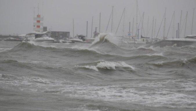 Шторм на Балтике: в Эстонии затоплены пляжи, люди спасают яхты, в Литве обвалилась стена дома