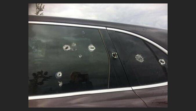ФОТО. Под Айзпуте трое получили огнестрельные ранения: полиция говорит о попытке заказного убийства