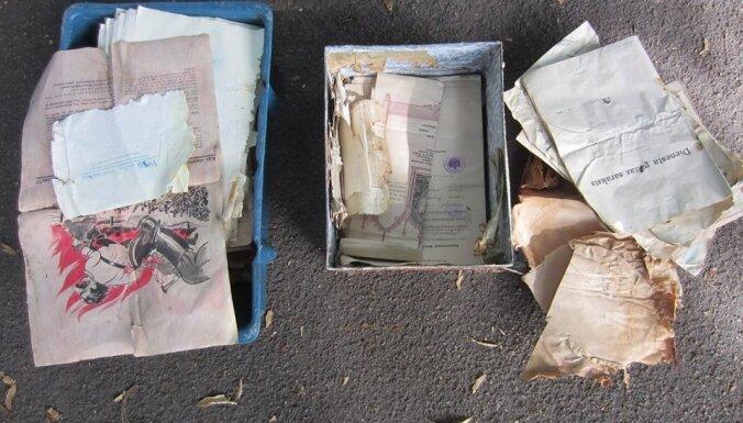 Āgenskalnā privātmājas dārzā atrasta skārda kaste ar seniem dokumentiem