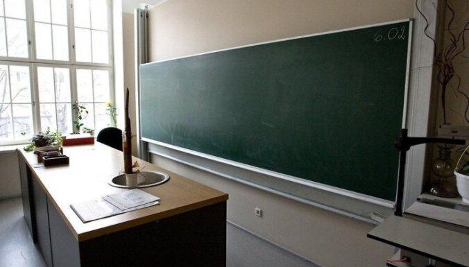 Skolā Ventspilī mācību stundas laikā no griestiem nokrīt apmetuma gabals