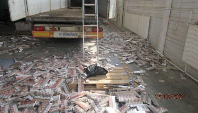 ФОТО: таможенники не дали ввезти в Латвию 1,58 миллиона контрабандных сигарет