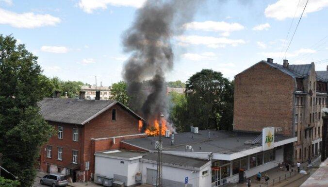ФОТО, ВИДЕО: На улице Саркандаугавас возник пожар, а магазин продолжал работать