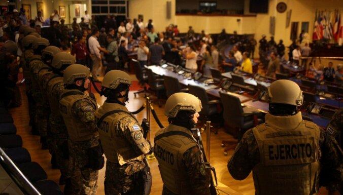 Foto: Salvadoras parlamentā ielaužas bruņoti policisti un karavīri