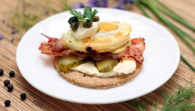 Sātīgā brokastu uzkoda ar olu un bekonu