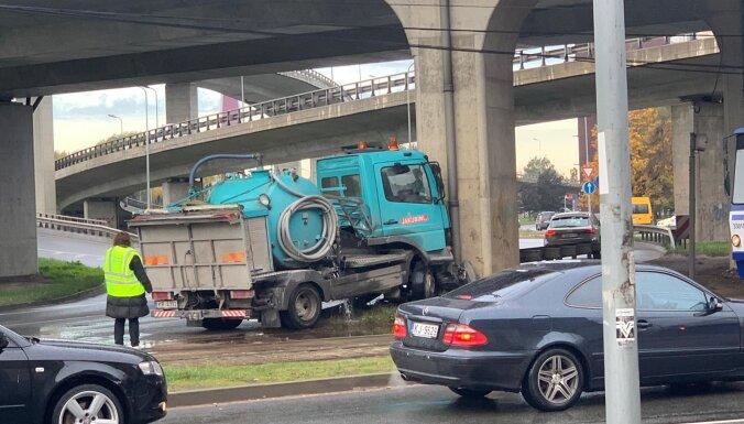 ФОТО: В опору Южного моста врезался грузовик, движение частично ограничено
