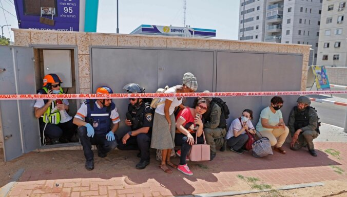 Pa Izraēlu izšautas 400 raķetes, divi cilvēki nogalināti; atbildes triecienos Gazā 26 upuri