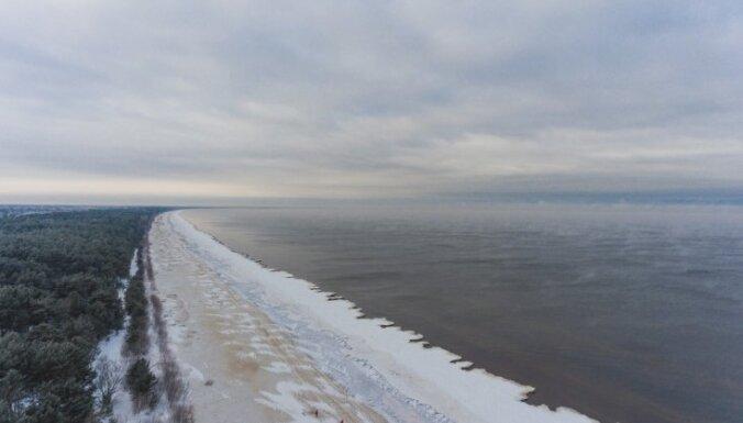 Foto: Jūrmalā vērienīgi kūp jūra