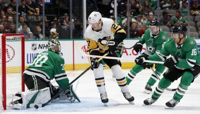 Bļugers rezultatīvs trešajā spēlē pēc kārtas; 'Penguins' pārtrauc zaudējumu sēriju