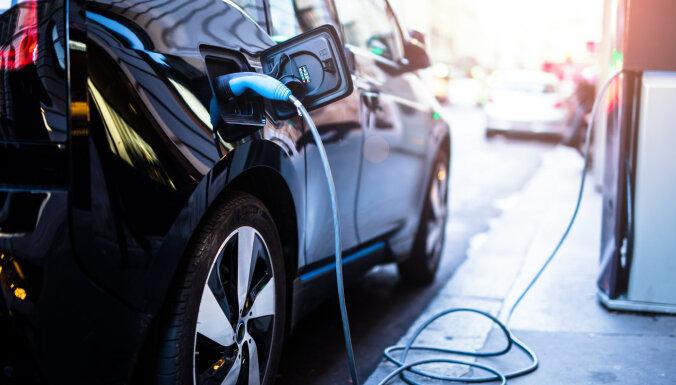 Eksperts: Latvijā nepieciešams attīstīt elektroauto uzlādes staciju tīklu
