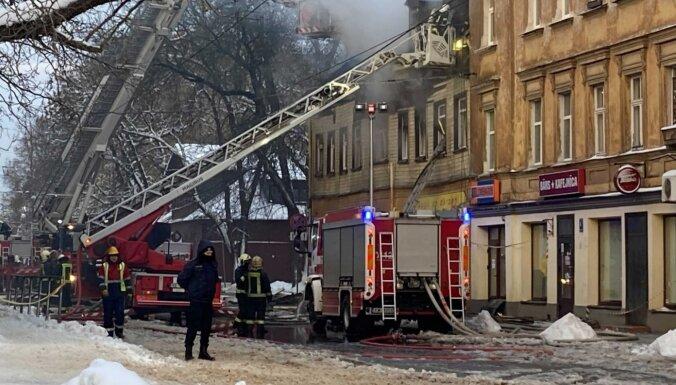 Ugunsgrēks Pētersalas ielā: Rīgas pašvaldība iedzīvotājiem piedāvā palīdzību