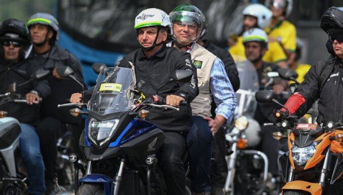 Foto: Bolsonaru un tūkstošiem viņa atbalstītāji ar motocikliem vizinās pa Riodežaneiro ielām