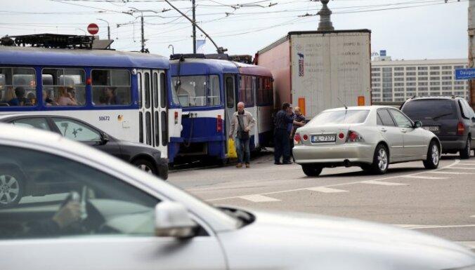 Foto: Avārijas dēļ nedaudz aizkavējusies tramvaju satiksme uz Pārdaugavu