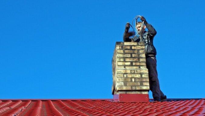 Vīrietis gūst smagas traumas, nokrītot no jumta
