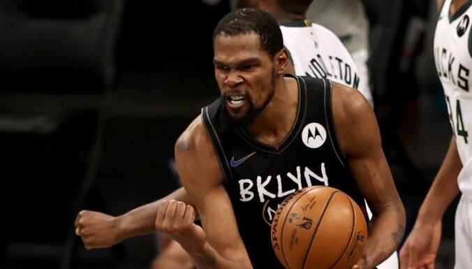 Durants ar 49 punktiem un 'triple-double' atgūst 'Nets' vadību sērijā pret 'Bucks'