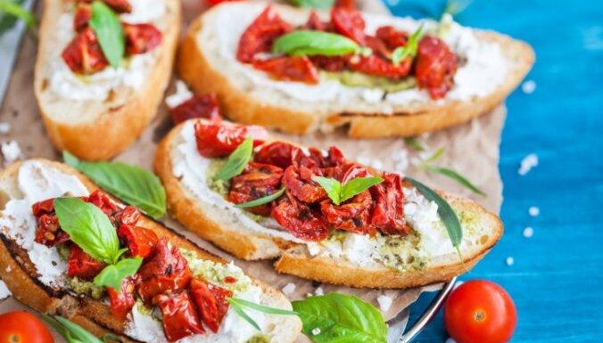 Grauzdiņi ar krēmsieru, saulē kaltētiem tomātiem un pesto