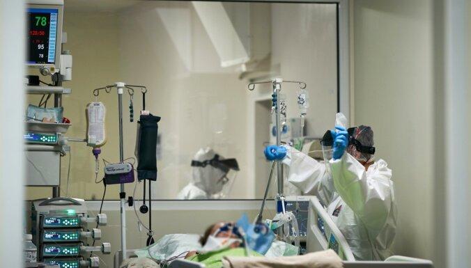 """Смертность растет, Кариньш за """"живые очереди"""", привиты более 10% населения. Главное о Covid-19 на 21 апреля"""