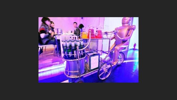 В китайском ресторане клиентов обслуживают роботы