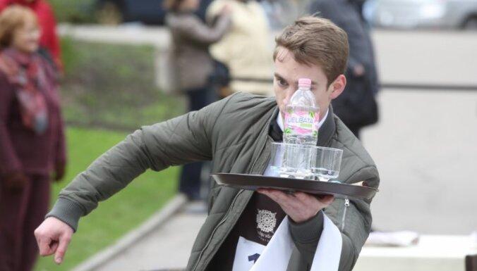 Foto: Izveicības meistari viesmīļu skrējienā demonstrē prasmes