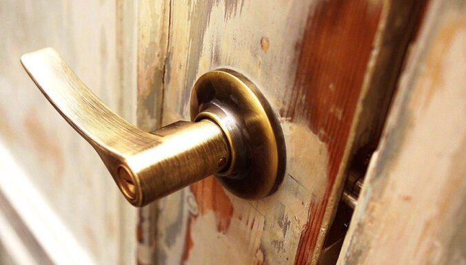 Pusaudzim skolā rokā ieduras durvju rokturis