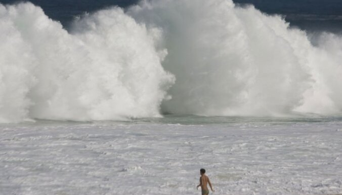ВИДЕО: Рыбак с помощью удочки спас тонущих в море девочек