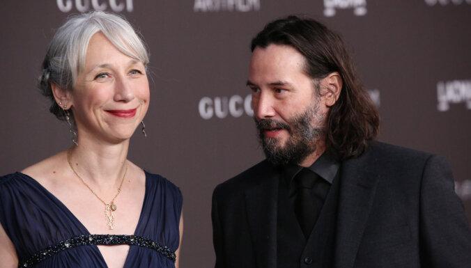 Prese iztirzā Holivudas vientuļnieka Rīvsa jaunās attiecības