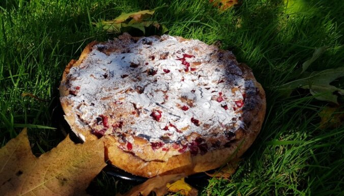 Īstena rudens garša – brūkleņu kūka ar marcipānu