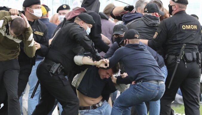 ФОТО, ВИДЕО: На акциях в поддержку Бабарико и Цепкало в Беларуси задержаны около 200 человек