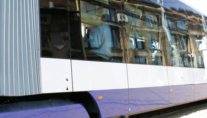 Низкопольный трамвай столкнулся с легковушкой
