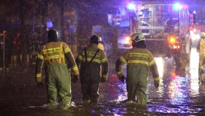 Foto: Vācijas ziemeļu pilsētas vētras dēļ piemeklē spēcīgi plūdi