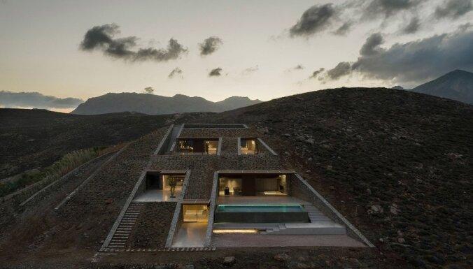 Foto: Neparastā māja klintī, kas uzbūvēta uz salas Grieķijā