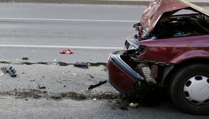 Talsu novadā apgāžas nepilngadīga šofera vadīts auto; četri cietušie