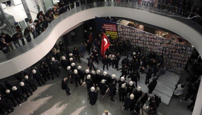 Turcijā veic reidu opozīcijas laikraksta redakcijā