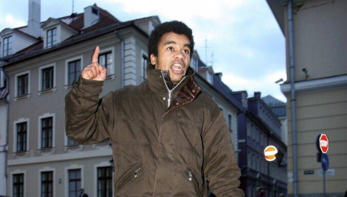 МВД: Латвия не запрещала Бенесу Айо въезд в страну; активист отрицает
