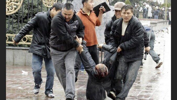 Kirgizstānas nemieros 74 bojāgājušie; atlaists parlaments