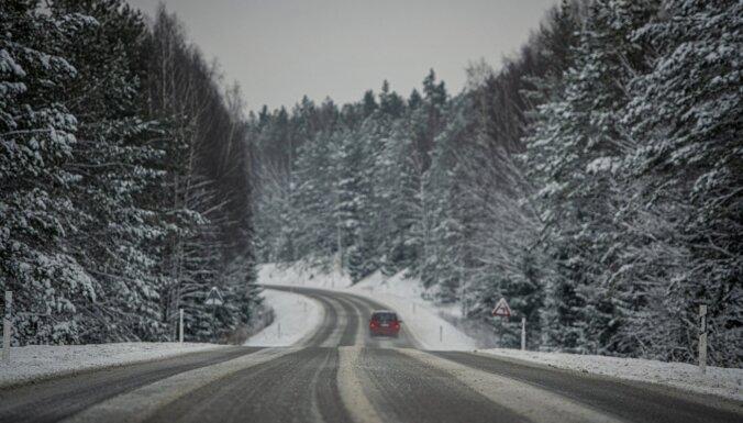 Sniegs un apledojums daudzviet Latvijā piektdienas vakarā apgrūtina braukšanu