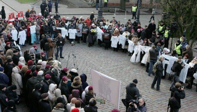 Ar saukļiem plakātos prasot Circeni 'sūtīt pelnos', pie Saeimas nama pulcējas vairāki simti mediķu