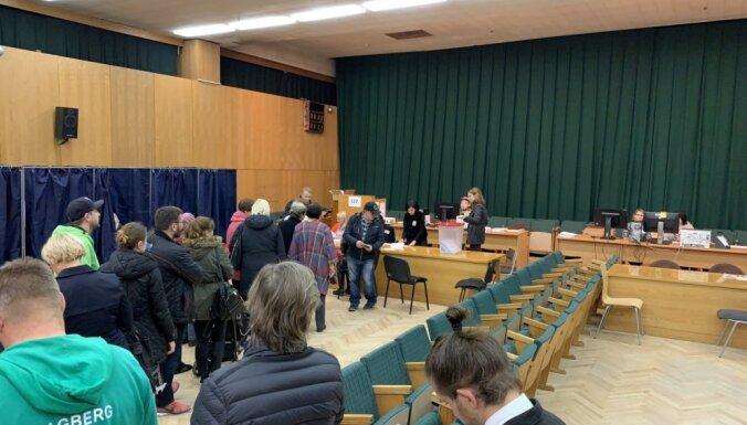 Foto: Balss nodošana glabāšanā raisa lielu vēlētāju interesi; izvēli izdarījis 0,51%